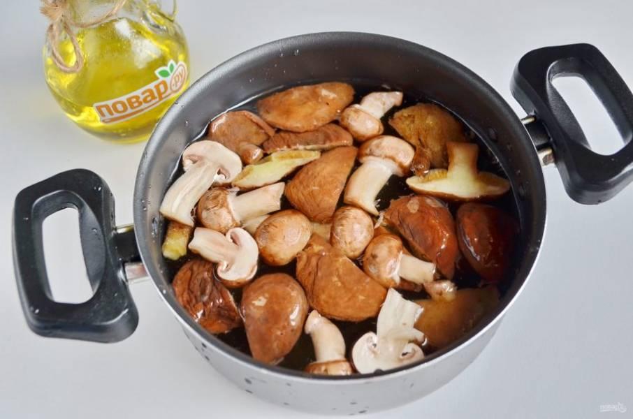 2. Вымытые и подготовленные грибы залейте литром чистой воды и проварите минут 20. Воду подсолите.