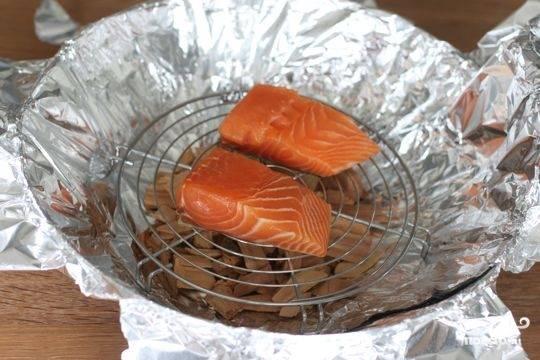 3. Поместите рыбу на решетку кожей вниз и закройте концами фольги как можно герметичней. Сверху накройте крышкой.