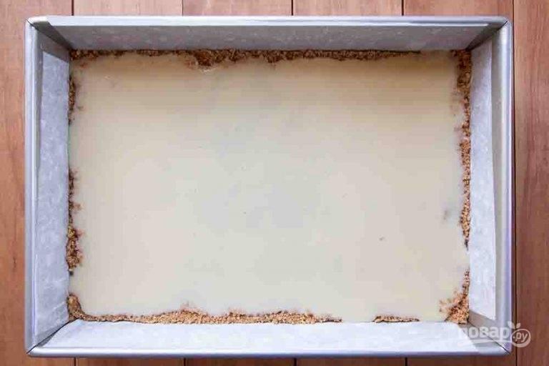 3.Равномерно вылейте сгущенное молоко поверх слоя крекеров.