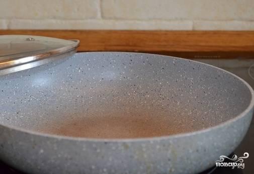 Ставим разогреваться на среднем огне толстостенную сковороду с маслом.