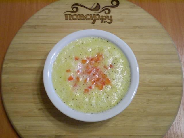 Перелейте в тарелочку суп. Добавьте уксус или сок лимона, перец черный молотый и кусочки болгарского перца.