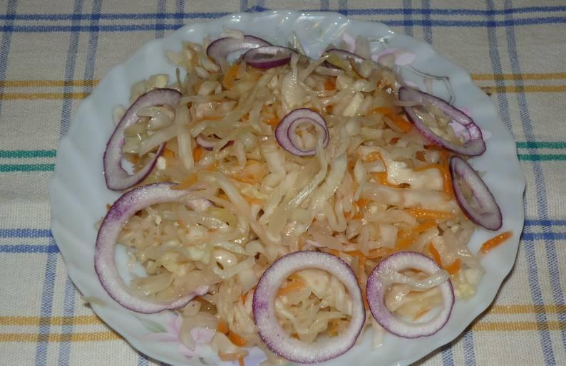 Из готовой капусты можно делать салаты, просто добавляя свежий лук и растительное масло. Приятного аппетита!