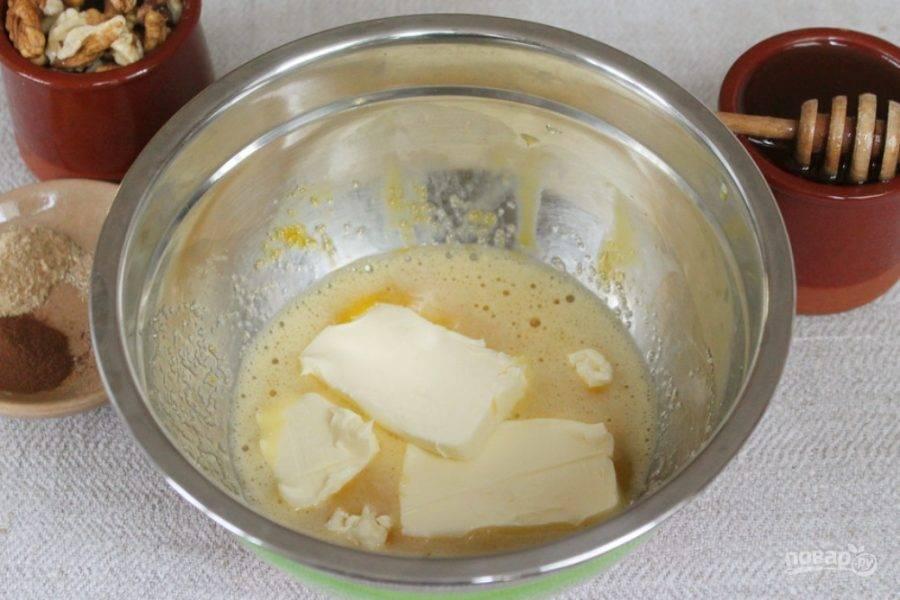 Добавляем мягкое сливочное масло.