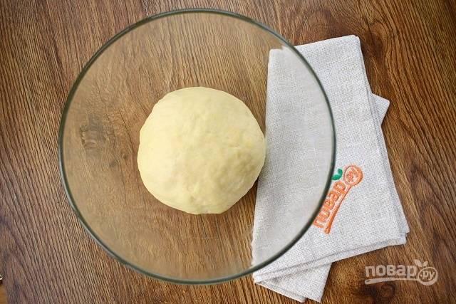 Влейте теплое молоко, оливковое масло, замесите мягкое тесто. Вымешивайте не менее 10 минут. Поместите тесто в глубокую миску, смазанную маслом, закройте  пищевой пленкой и оставьте в теплом месте на 50 минут для подхода.