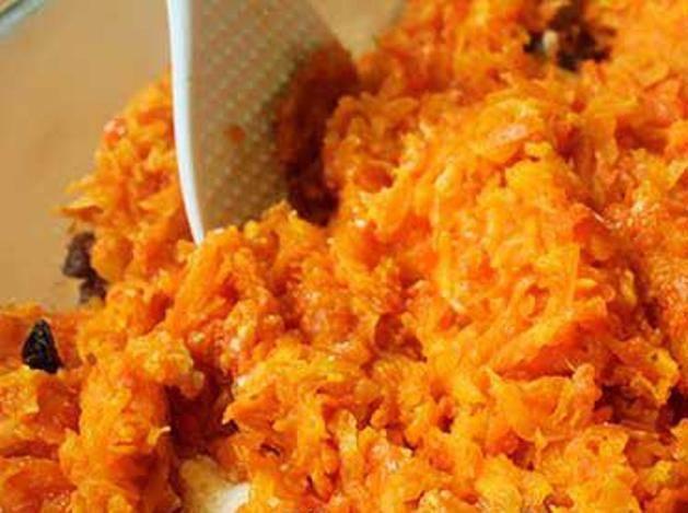 Когда морковь приготовится, её также добавьте к творогу, туда же отправьте манку.