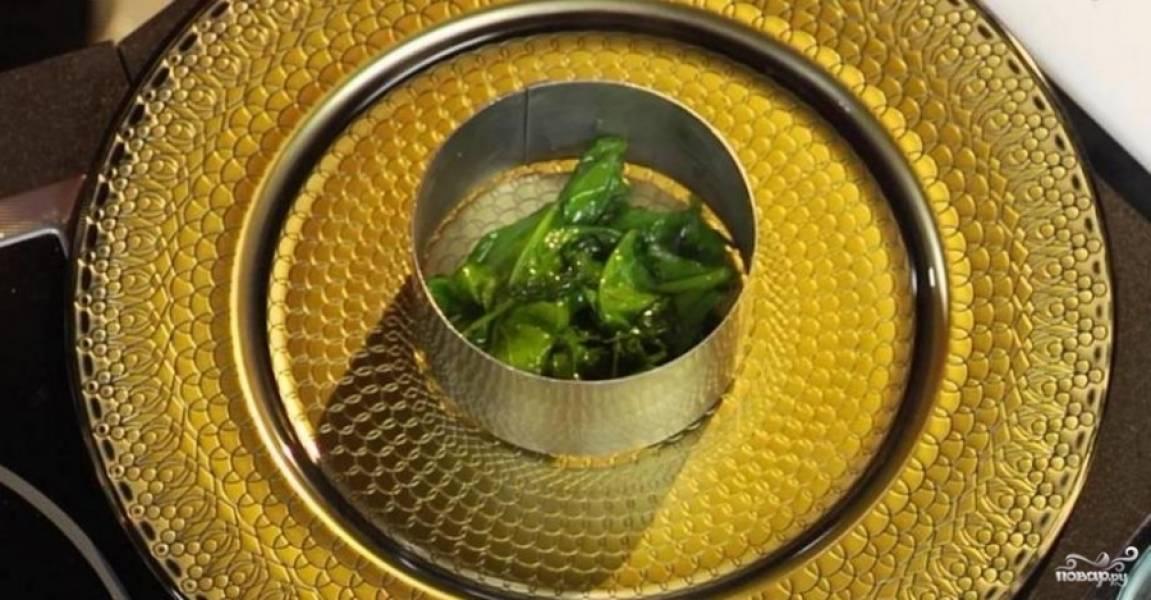 Шпинат промойте. В течение 30 секунд обжарьте его на оливковом масле. Затем посолите и выложите на тарелку. По блюду разлейте сливочный и апельсиновый соус. На сливочный уложите икринки.