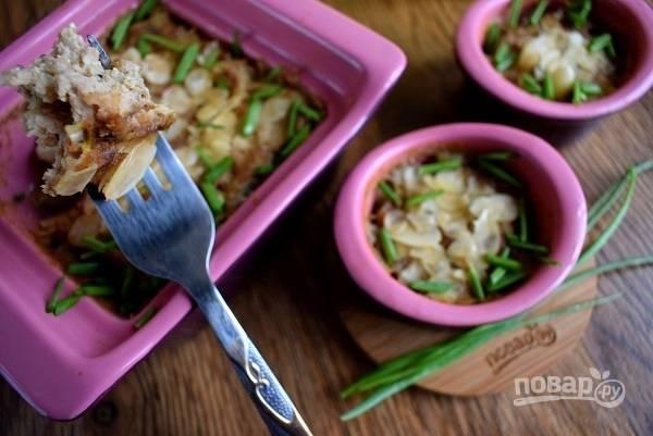 Подавайте запеканку горячей с рисом и зеленью. Приятного аппетита!