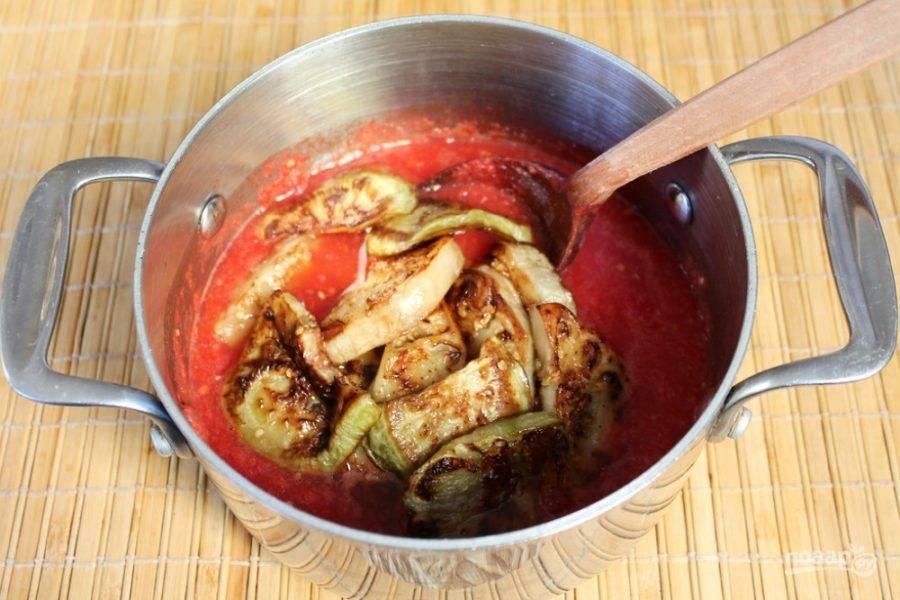 Жареные баклажаны кладем в томатный соус.