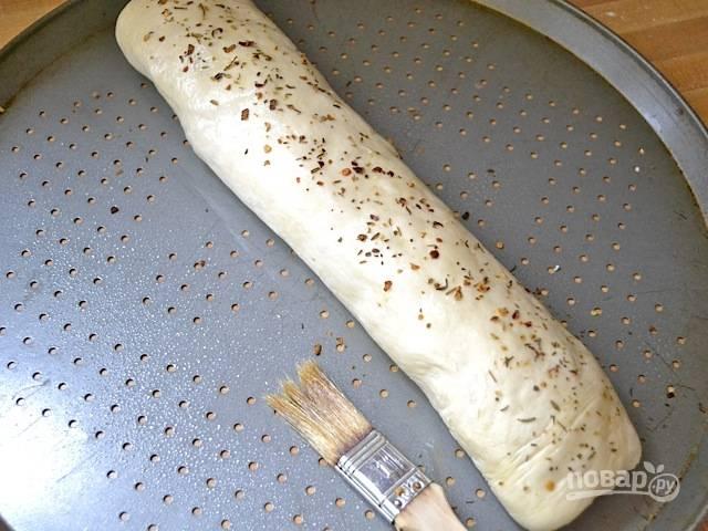 9.Смажьте тесто оставшимся оливковым тестом и посыпьте итальянскими специями. Оставьте выпечку на 1 час.