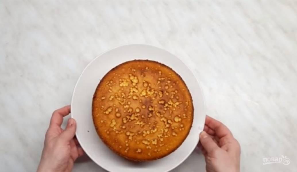 2. Аккуратно перемешайте тесто лопаткой и выложите половину его в покрытую пергаментом форму. Отправьте бисквит в разогретую до 180 градусов на 30-40 минут. Полностью остудите бисквит.