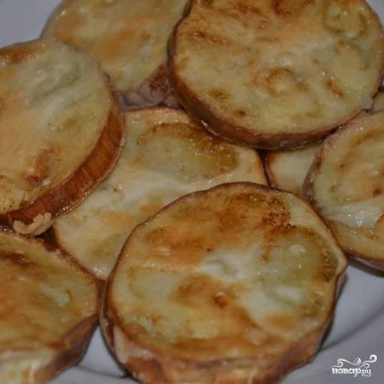 Затем каждый кусочек баклажана нужно обвалять в муке и обжарить на оливковом масле до румяной корочки.