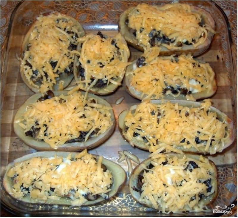 4. По истечению данного времени достаньте противень с лодочками их духовки, присыпьте блюдо заранее натертым сыром. Через 15-20 минут картофельные лодочки с грибами будут готовы!