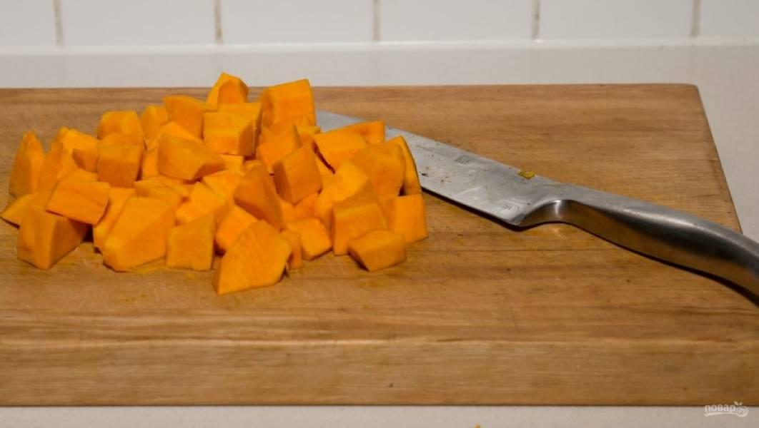 Нарежьте мякоть тыквы на небольшие кубики.