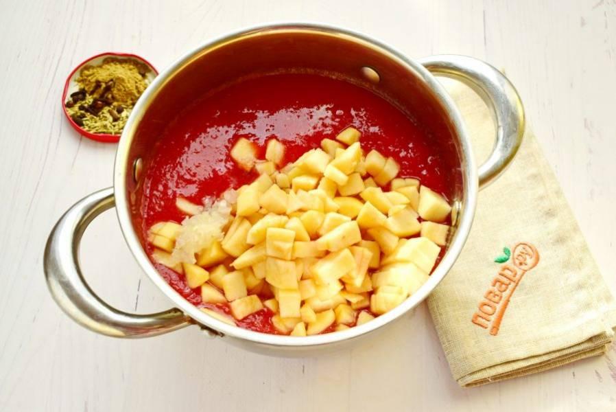 Добавьте измельченный лук и очищенные яблоки, нарезанные кубиками. Варите в течение 25 минут.