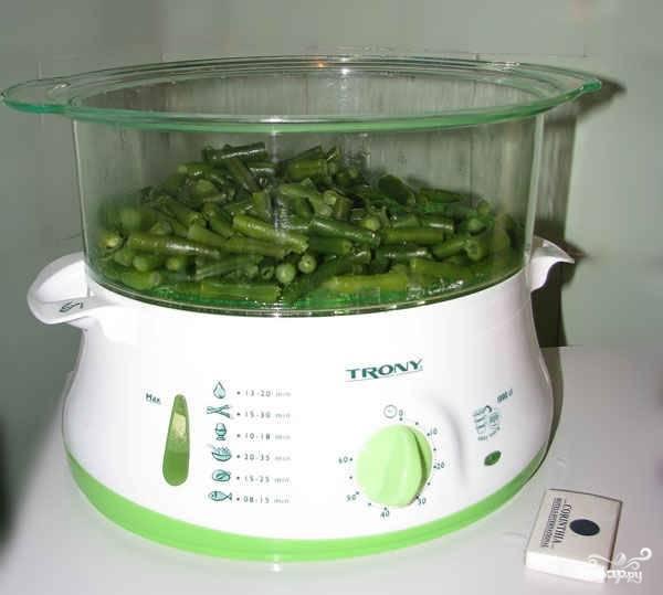 Для начала отварите куриную грудку и яйца. В другой кастрюльке или в пароварке обработайте  спаржевую фасоль.