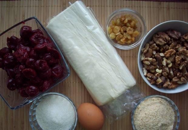 1. Чтобы сэкономить время, можно взять готовое слоеное тесто. Вишни лучше использовать свежие, но если вам хочется приготовить вишневый штрудель зимой и у вас есть замороженные ягоды, то проблемы не будет - ягоды можно использовать и замороженные.