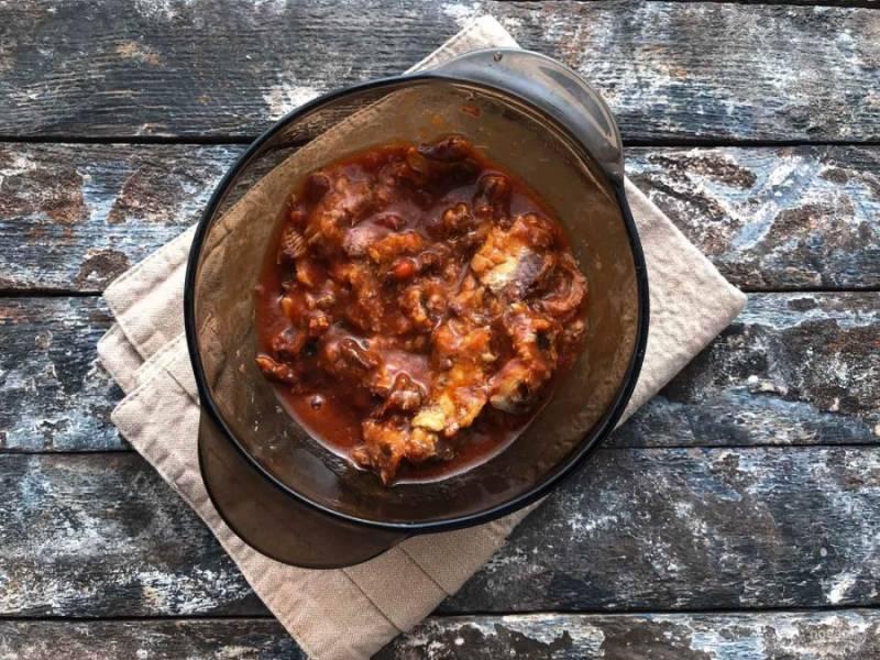 Консервы из рыбы разомните вилкой, добавьте в суп, перемешайте и варите 5-7 минут.