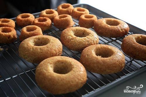 5. Выпекать пончики до золотистого цвета, пока вставленная в центр зубочистка не будет выходить сухой. Это занимает около 15-20 минут.