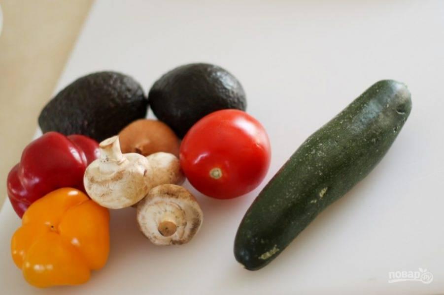 3.Подготавливаю овощи: все овощи хорошенько мою. Цукини очищаю от кожуры и нарезаю тонко. Лук, помидоры и грибы очищаю и нарезаю кубиками. Авокадо нарезаю небольшими кусочками, а перец — небольшими полосками. Салатные листья рву руками.