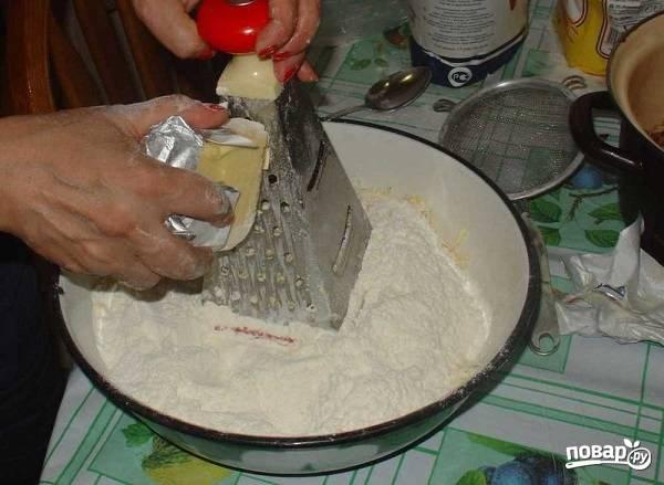 1. В глубокую мисочку просейте муку, разрыхлитель, соль и ванилин. Охлажденное сливочное масло нарежьте мелкими кубиками или натрите на терке.
