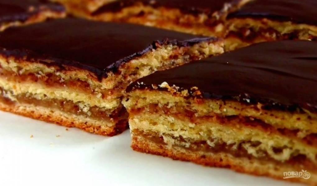 6.  Теплый пирог полейте глазурью. Дайте пирогу полностью остыть и нарежьте на квадраты. Приятного аппетита!