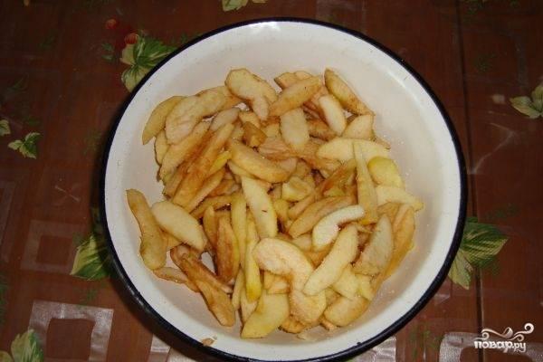 Яблоки очищаем от кожуры и сердцевины. Половину яблок нарезаем тонкими дольками и слегка присыпаем сахаром. Отставляем в сторонку - пусть пропитаются сахаром.