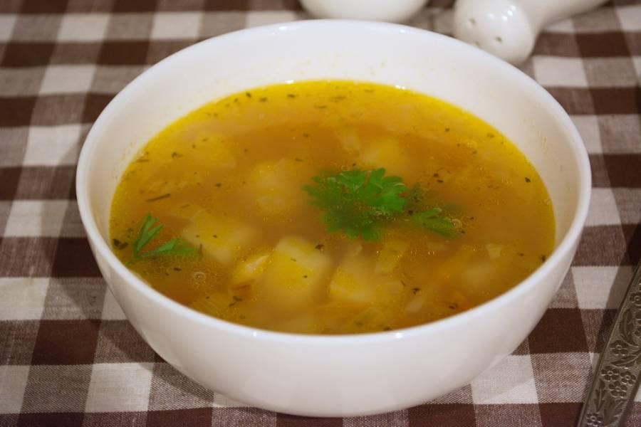 Добавьте в суп соль, специи, лавровый лист. Доварите суп до готовности. Разлейте по мискам и подайте к столу.