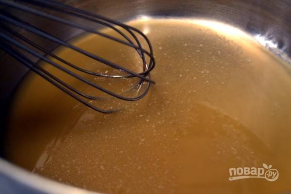 7. Для приготовления желе разогрейте яблочный сок и разведите в нем агар-агар. На медленном огне варите минут 5-10.