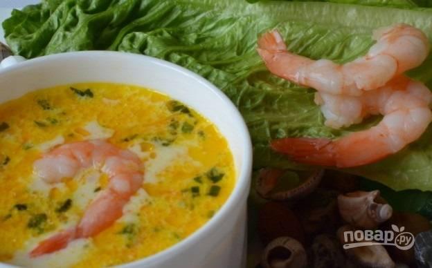 9. В кастрюлю добавьте креветки и через минуту снимите суп с огня. Всыпьте зелень и подавайте к столу. Приятного аппетита!