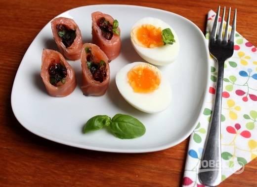 Для завтрака или ужина можно подать такие рулетики с отваренным вкрутую яйцом, будет очень вкусно. А уж к праздничному столу сервируем по своему вкусу. Можно придумать оригинальные варианты подачи.