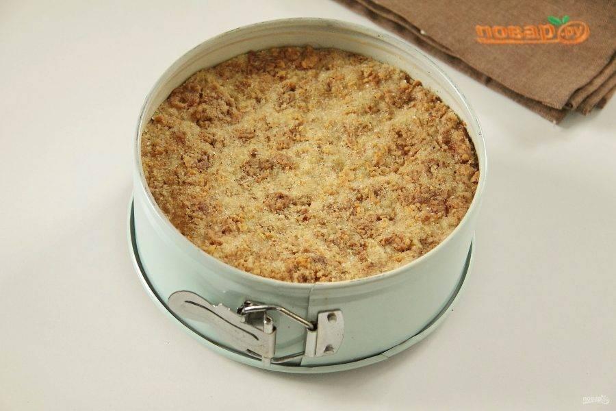 Выпекайте пирог при 180 градусах до золотистой корочки сверху.