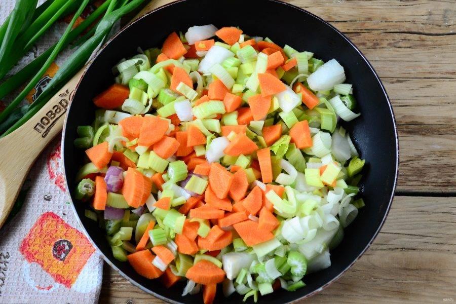 Отправьте в сковороду смесь овощей и потушите их 5-7 минут, чтобы они хорошо прогрелись и начали размягчаться.