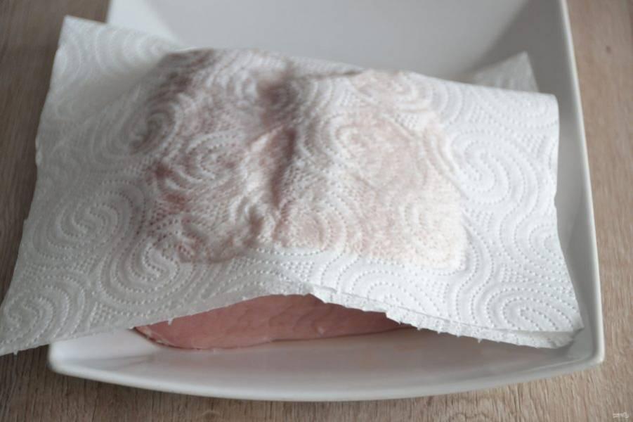 Хорошо промойте мясо и просушите бумажным полотенцем.