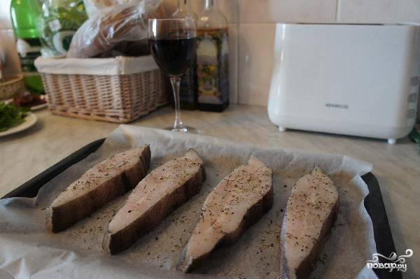Палтуса разрезаем на стейки толщиной где-то в 2-3 см. Солим, перчим, сбрызгиваем оливковым маслом - и в духовку. Выпекаем 25-30 минут при 170 градусах.