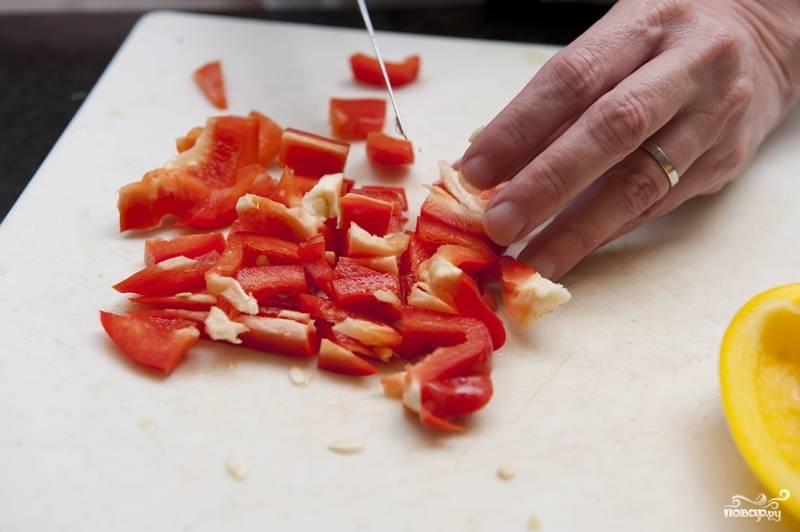 2. Болгарский перец - лучше взять желтый и красный - промойте, очистите и нарежьте небольшими кубиками.