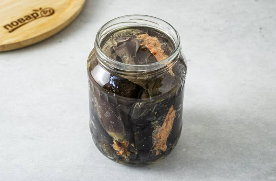 Влейте в банку оливковое масло, чтобы оно полностью покрывало баклажаны. Оставьте баклажаны на 3 дня при комнатной температуре. Затем их можно убрать в холодильник.