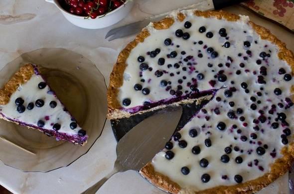 Поместите пирог в холодильник, чтобы желе застыло. Когда оно почти застынет, украшаем пирог ягодами черники. Приятного аппетита!