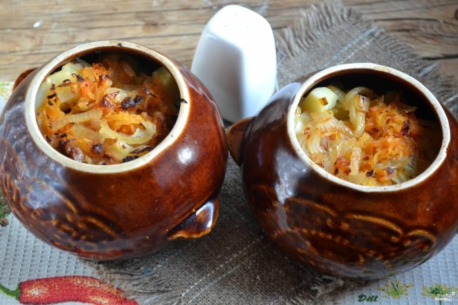 8. Запекайте свинину с картофелем в духовке при температуре 180 градусов 35 минут. Блюдо подавайте горячим прямо в горшочках.
