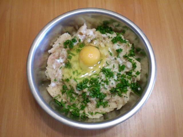 6. К мясу добавляем хлеб в молоке, отжимать не нужно, яйцо, рубленую зелень. По желанию специи.