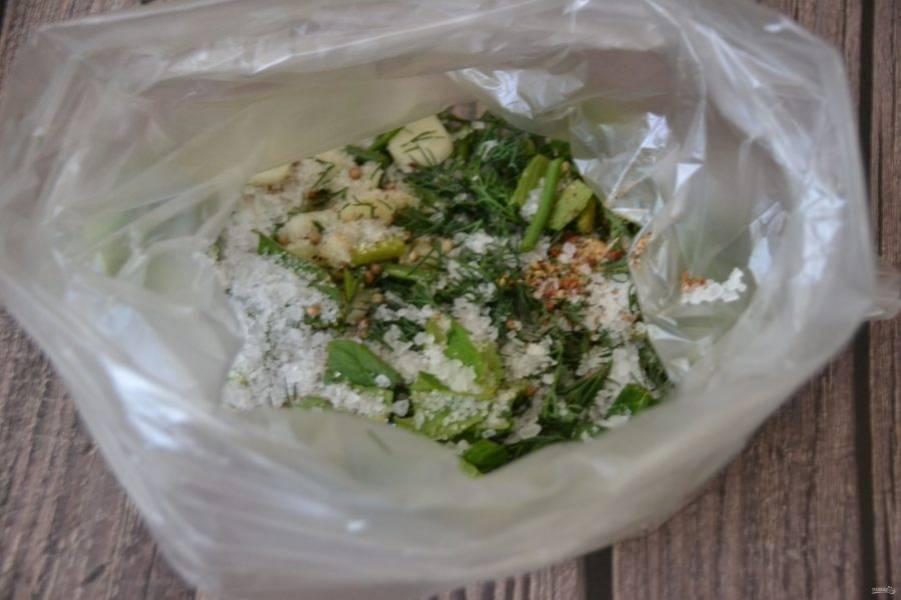 Выложите в пакет чеснок, зелень, добавьте смесь перцев и кориандра, соль.