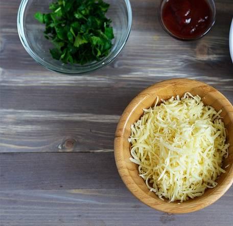 2. Сыр трем на терке, творог перетираем как можно мельче. Домешиваем творог к фаршу, который должен полностью остыть!