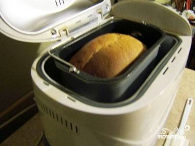 """Выбираем цвет и толщину корочки, после чего выпекаем на """"Основном"""" режиме - это займет несколько часов, в течение которых можно заняться другими делами.    После звукового сигнала об окончании приготовления открываем крышку прибора и даем хлебу остыть в течение 10-15 минут."""
