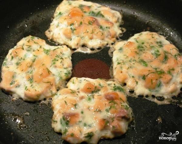 Разогреваем в сковороде оливковое масло (или растительное, какое есть). Формируем из получившейся мясной смеси небольшие биточки, выкладываем на сковороду, обжариваем до корочки с одной стороны.