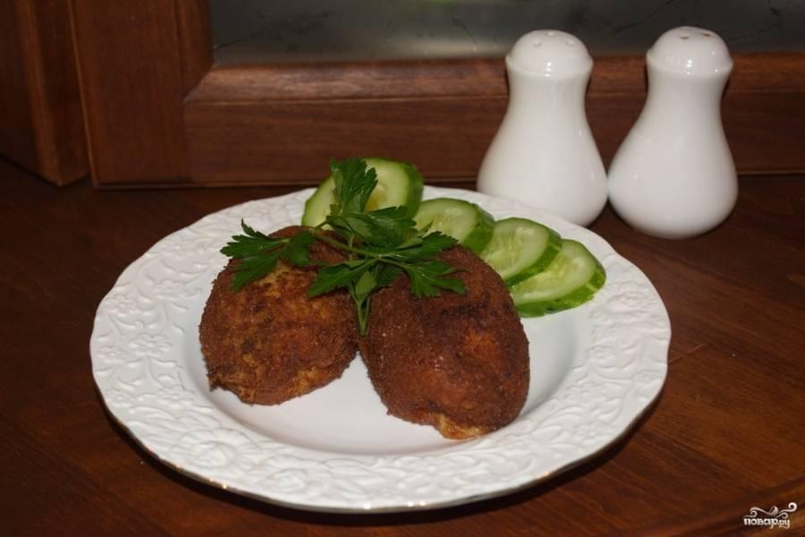 Подавайте котлеты  по-киевски к столу, прибавив овощей и зелени.