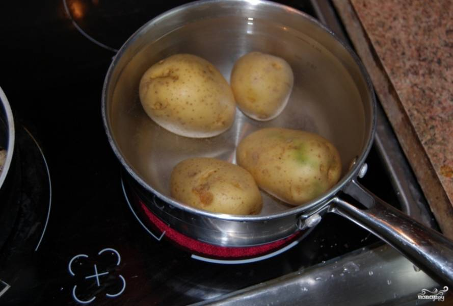 Тем временем вы можете отварить картошку в мундире.
