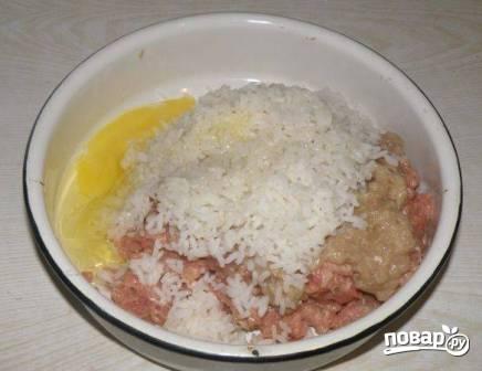 Добавим чуть больше половины чайной ложечки соли, щепотку молотого перца и яйцо.