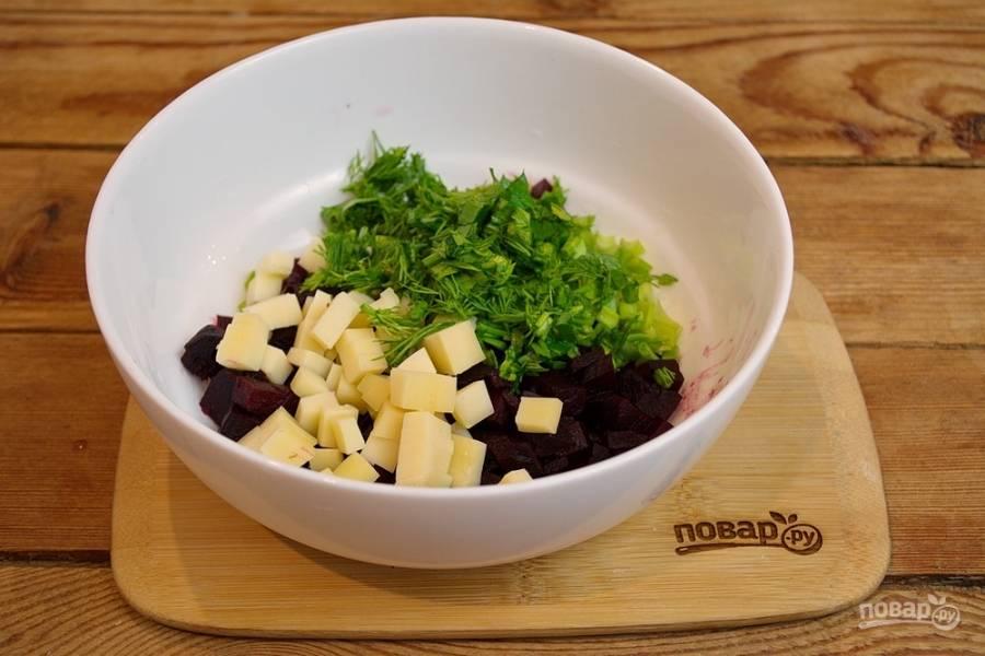 Твердый сыр нарежьте кубиком. Измельчите зеленый лук. Можно добавить зелени по вкусу.