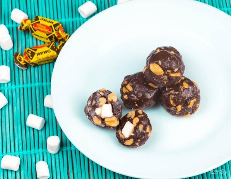 4. Готовые конфеты выложите на застеленный пергаментной бумагой противень или тарелку и отправьте в холодильник на полчаса, чтобы конфеты держали форму. Приятного аппетита!