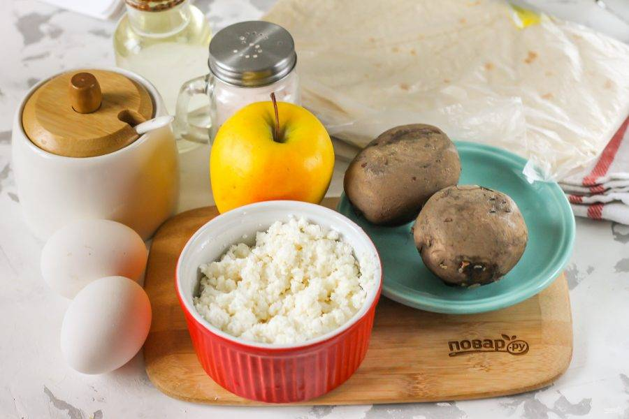 Подготовьте указанные ингредиенты. Картофель отварите заранее примерно 30 минут и слегка остудите.