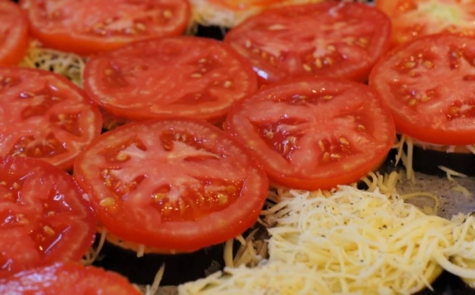 На сыр выкладываем помидорки, порезанные кружочкам, солим.